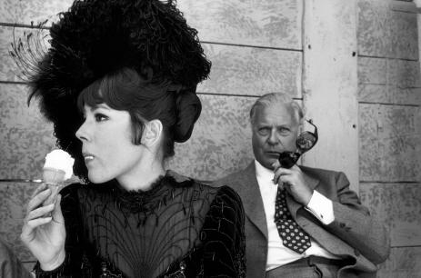 Robert Lebeck, Diana Rigg und Curd Jürgens während der Dreharbeiten zum Spielfilm «Mörder GmbH», Venedig, 28. April 1968, © Archiv Robert Lebeck