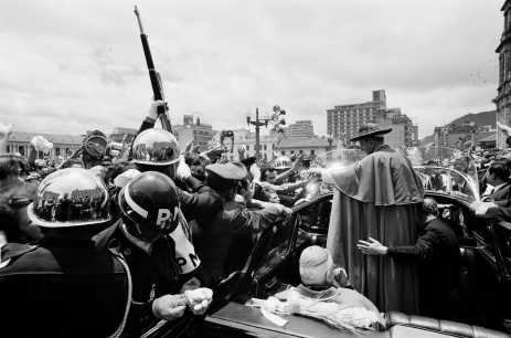Robert Lebeck, Militärpolizisten schützen Papst Paul VI. vor dem Andrang Hunderttausender Gläubiger in Bogotá, Kolumbien, 22. August 1968, © Archiv Robert Lebeck