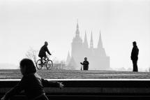 Robert Lebeck, Passanten vor der Silhouette der Prager Burg, Prag, 17. April 1968, © Archiv Robert Lebeck