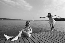 Robert Lebeck, Mutter und Tochter auf dem Bootssteg aus der Fotoserie «Die geschiedene Frau», 5. Juni 1968, © Archiv Robert Lebeck