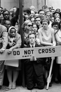 Robert Lebeck, Abschied von Robert F. Kennedy an der St. Patrick's Cathedral, New York, 7./8. Juni 1968, © Archiv Robert Lebeck