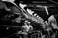 Robert Lebeck, Schweißer in den Produktionshallen des Volkswagenwerks, Wolfsburg, 21. Juni 1968, © Archiv Robert Lebeck