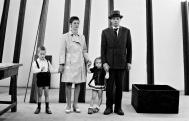 Robert Lebeck, Joseph und Eva Beuys mit ihren Kindern Wenzel und Jessyka im Beuys-Raum der 4. documenta, Kassel, 27. Juni 1968, © Archiv Robert Lebeck