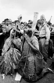 Robert Lebeck, Pilger einer christlichen Sekte während der Messe für die kolumbianischen «Campesinos» beim Papstbesuch in Bogotá, Kolumbien, 23. August 1968, © Archiv Robert Lebeck