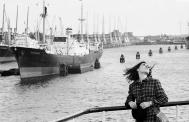 Robert Lebeck, Die Affektmörderin Gisela Kreutzmann während eines Freigangs im Hamburger Hafen, 14. Oktober 1968, © Archiv Robert Lebeck