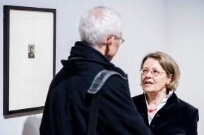 © 2018 k.enderlein FOTOGRAFIE, Sonja Brink (rechts), Kuratorin des Rembrandt-Ausstellungsteils, im Gespräch mit Prof. Karl-Heinz Petzinka, Rektor der Kunstakademie Düsseldorf