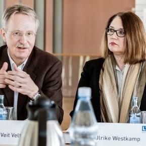 """LVR-Niederrheinmuseum Wesel, Foto: © 2018 k.enderlein FOTOGRAFIE, Sonderschau """"Wesel und die NiederRHEINlande"""", Museumsdirektor Dr. Veit Veltzke, links, erklärt der Presse die Ausstellung, neben ihm die Bürgermeisterin der Stadt Wesel Ulrike Westkamp"""