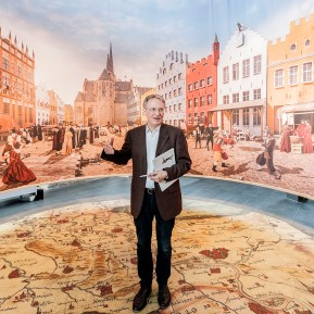 """LVR-Niederrheinmuseum Wesel, Foto: © 2018 k.enderlein FOTOGRAFIE, Sonderschau """"Wesel und die NiederRHEINlande"""", Museumsdirektor Dr. Veit Veltzke """"steht auf den Niederrheinlanden"""" und erklärt das Fotopanorama des Großen Marktes zu Wesel aus dem 16. Jahrhundert"""