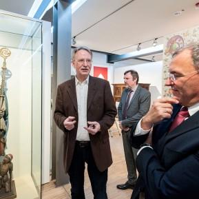 """LVR-Niederrheinmuseum Wesel, Foto: © 2018 k.enderlein FOTOGRAFIE, Sonderschau """"Wesel und die NiederRHEINlande"""", Museumsdirektor Dr. Veit Veltzke, links, erklärt die Ausstellung Detlef Althoff (LVR-Dezernent Gebäude- und Liegenschaftsmanagement), rechts, und Thomas Stölting (Fachbereichsleiter im gleichen Dezernat), 2.v.r."""