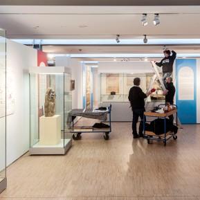 """LVR-Niederrheinmuseum Wesel, Foto: © 2018 k.enderlein FOTOGRAFIE, Sonderschau """"Wesel und die NiederRHEINlande"""", Die Museumstechniker bei den letzten Aufbauarbeiten"""