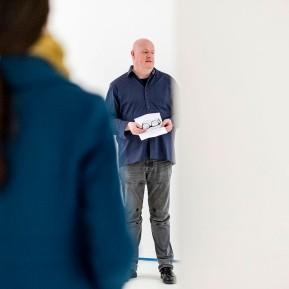 Olaf Pilz zeigt in seinem temporären Ausstellungsraum RAUMSECHS Architektur und Landschaft, Foto: © 2018 k.enderlein FOTOGRAFIE, Olaf Pilz bei der Ausstellungseröffnung