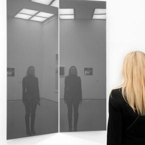 """Museum Kunstpalast Düsseldorf, Black+White - Von Dürer bis Eliasson, Besucherin 1x vor und 2x in Gerhard Richters, """"Speigel, Grau-765"""" aus dem Jahre 1992, Foto: © 2018 k.enderlein FOTOGRAFIE"""