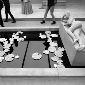 "Museum Kunstpalast Düsseldorf, Black+White - Von Dürer bis Eliasson, BesucherInnen in der skulpturalen Installation ""The Collector´s House"" von Hans Op de Beeck, Foto: © 2018 k.enderlein FOTOGRAFIE"