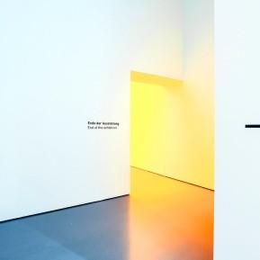 """Museum Kunstpalast Düsseldorf, Black+White - Von Dürer bis Eliasson, Eingang zu Ólafur Elíassons """"Raum für eine Farbe"""", Foto: © 2018 k.enderlein FOTOGRAFIE"""