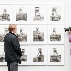 JOSEF ALBERS MUSEUM QUADRAT BOTTROP, Ausstellung Bernd und Hilla Becher. Bergwerke, MaxBecher (Ltr. Studio Bernd und Hilla Becher) im Fokus eines Kollegen- Foto: © k.enderlein FOTOGRAFIE