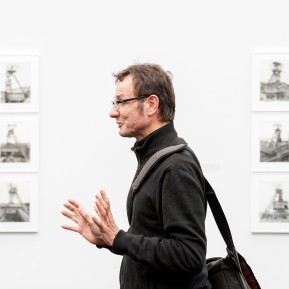 JOSEF ALBERS MUSEUM QUADRAT BOTTROP, Ausstellung Bernd und Hilla Becher. Bergwerke, Chris Durham (Schüler und ehem. Assistent der Bechers) erläutert die Ausstellung - Foto: © k.enderlein FOTOGRAFIE