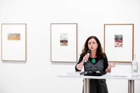 MUSEUM FOLKWANG, Luigi Ghirri - Karte und Gebiet, Petra Steinhardt (Projektleitung, Fotografische Sammlung), Foto: © 2018 k.enderlein FOTOGRAFIE
