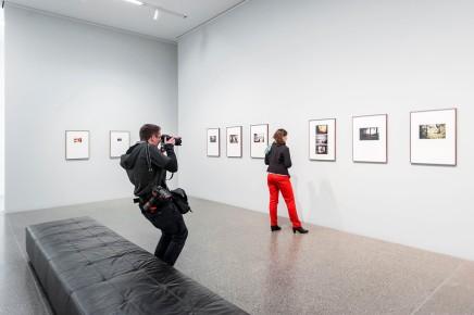 MUSEUM FOLKWANG, Luigi Ghirri - Karte und Gebiet, Anna Sophie Littmann (Pressereferentin) im Fokus eines Kollegen, Foto: © 2018 k.enderlein FOTOGRAFIE