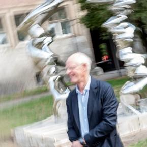"""Anthony Cragg im Museum Kunstpalast, hier vor seinen jüngsten Skulpturen aus glänzendem Edelstahl """"Point of View, 2018 © 2018 k.enderlein FOTOGRAFIE"""