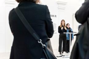 Kunstsammlung Nordrhein-Westfalen - K21, Beatrice Hilke (am Mikrofon), Kuratorin Lutz Bacher, © 2018 k.enderlein FOTOGRAFIE