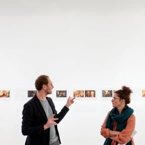 NRW-Forum Düsseldorf, Bieke Depoorter 2015-2019, Die Fotografin Bieke Depoorter (rechts) und der Kurator Joachim Naudts © 2019 k.enderlein FOTOGRAFIE