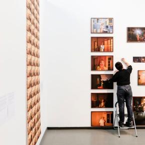 NRW-Forum Düsseldorf, Bieke Depoorter 2015-2019, Agata schreibt ihre Wandtexte © 2019 k.enderlein FOTOGRAFIE