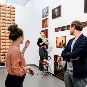 NRW-Forum Düsseldorf, Bieke Depoorter 2015-2019, Die Fotografin Bieke Depoorter, Agata und der Kurator Joachim Naudts, v.l.n.r. © 2019 k.enderlein FOTOGRAFIE