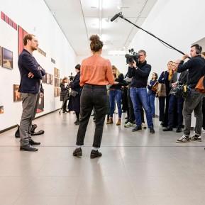 NRW-Forum Düsseldorf, Bieke Depoorter 2015-2019, Die Fotografin Bieke Depoorter (von hinten) bei der Ausstellungvorbesichtigung © 2019 k.enderlein FOTOGRAFIE