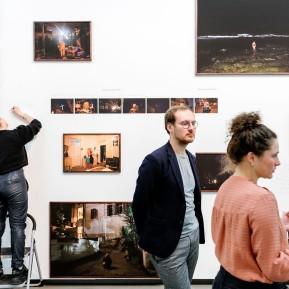 NRW-Forum Düsseldorf, Bieke Depoorter 2015-2019, Die Fotografin Bieke Depoorter, der Kurator Joachim Naudts und Agata v.r.n.l. © 2019 k.enderlein FOTOGRAFIE