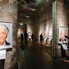 SURVIVORS - 75 Portraits von Überlebenden, Fotografiert von Martin Schoeller, Zeche Zollverein Essen, Ausstellungsansicht © 2019 k.enderlein FOTOGRAFIE
