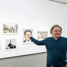NRW-Forum - MARTIN SCHOELLER, M. Schoeller erzählt bei der Ausstellungsvorbesichtigung von seinen Begegnungen mit den portraitierten Menschen © 2020 k.enderlein FOTOGRAFIE